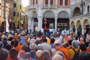 La carica del popolo arancio, più di cinquecento in piazza per applaudire Lorenzoni
